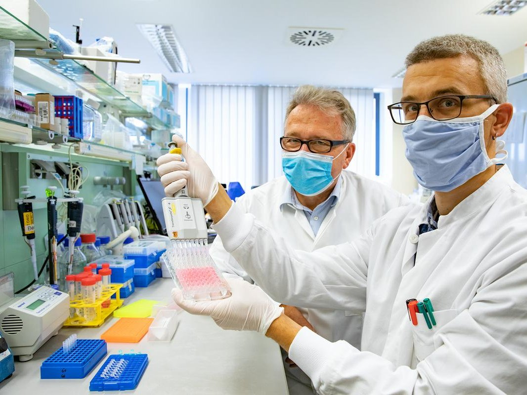 Dr. Berislav Bosnjak (right) and Professor Dr. Reinhold Förster (left) in a laboratory of the Hannover Medical School (MHH) with the new test procedure. Copyright: Karin Kaiser / MHH