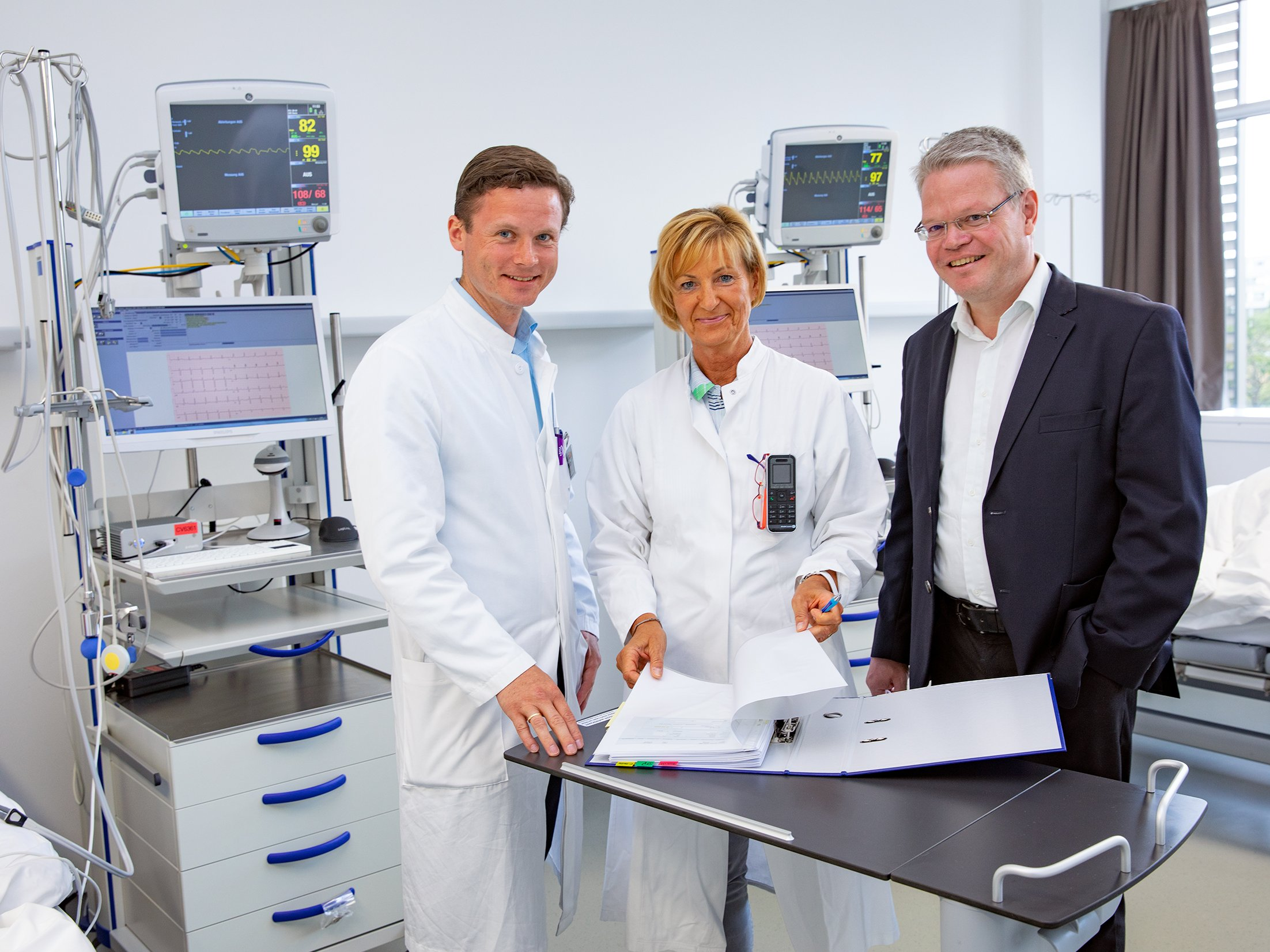 Prof. Dr. Christoph Schindler (from right to left), the head study nurse Carola Westenberg and investigator Dr. Macus May. Copyright: MHH / Karin Kaiser.